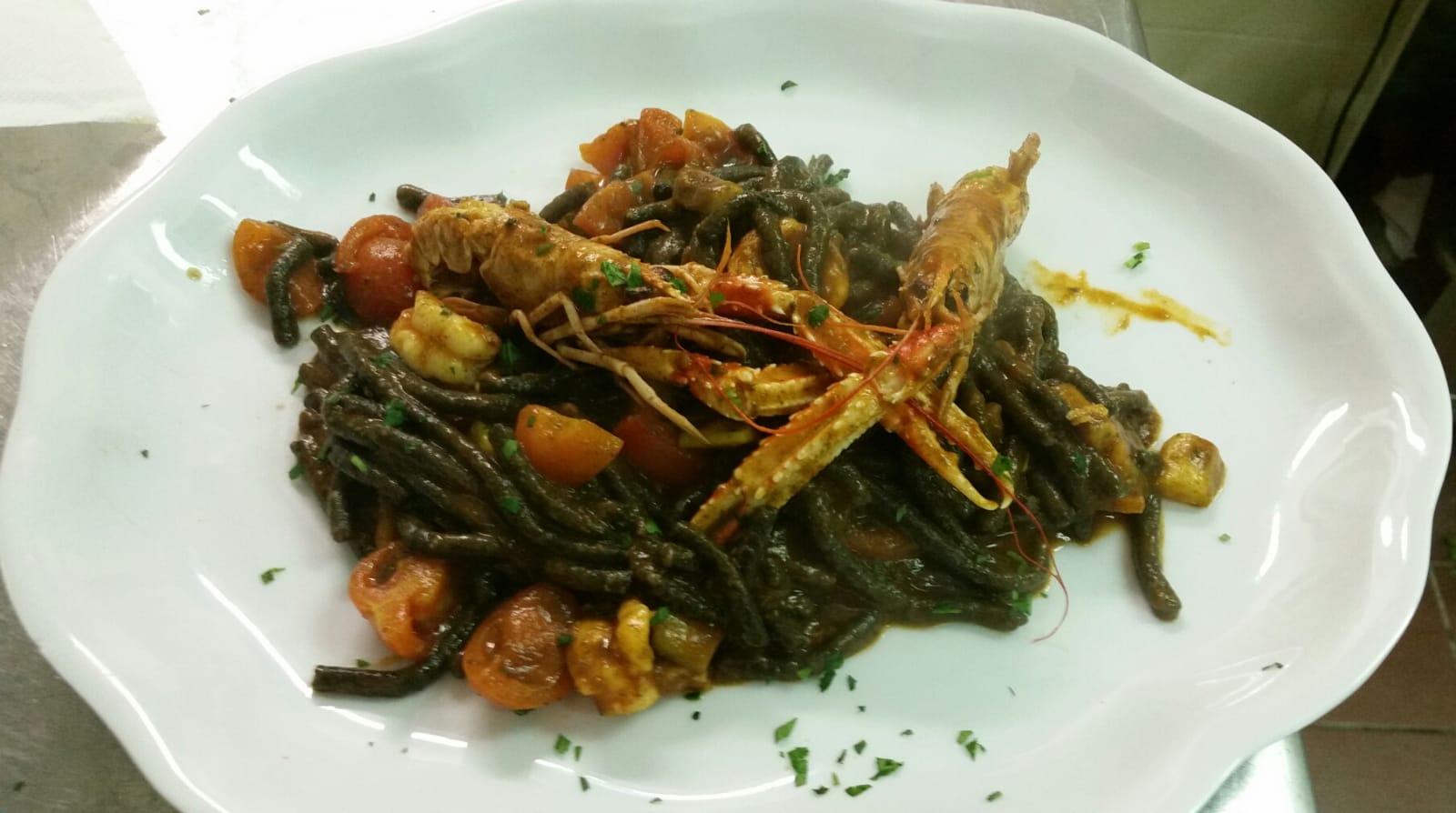 Passatelli al nero di seppia con scampi ed asparagi